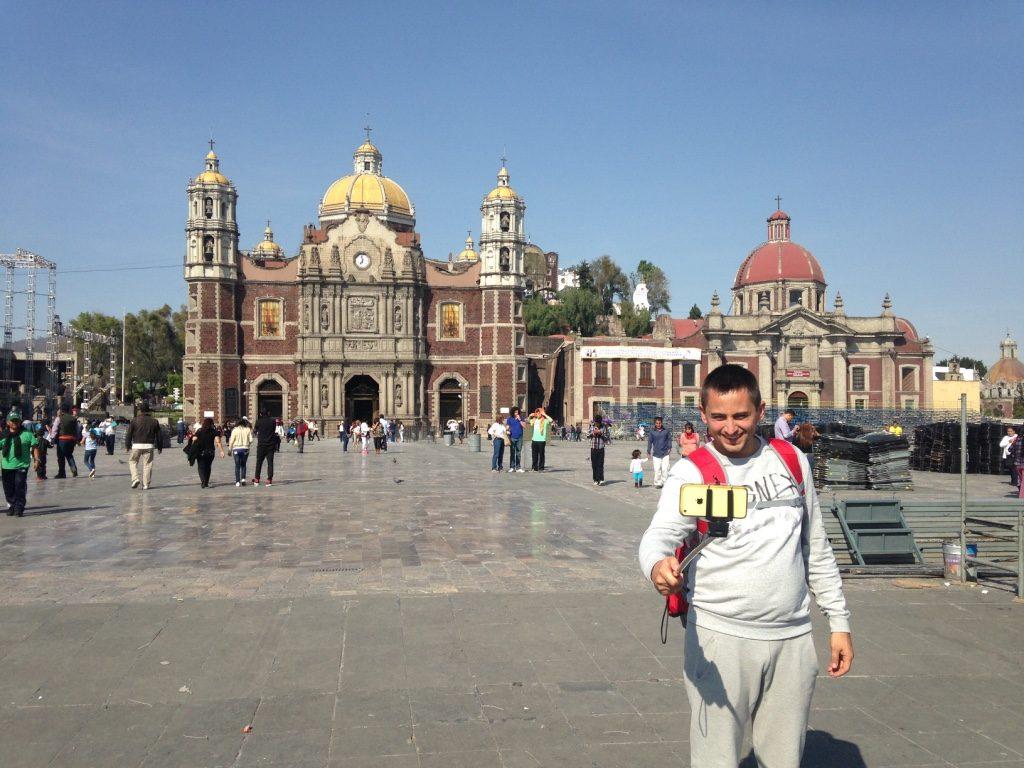 Арсен на фоне Базилики Девы Марии Гваделупской