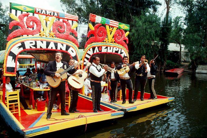 """Музыканты """"мариачи"""" на лодках в Сочимилько"""