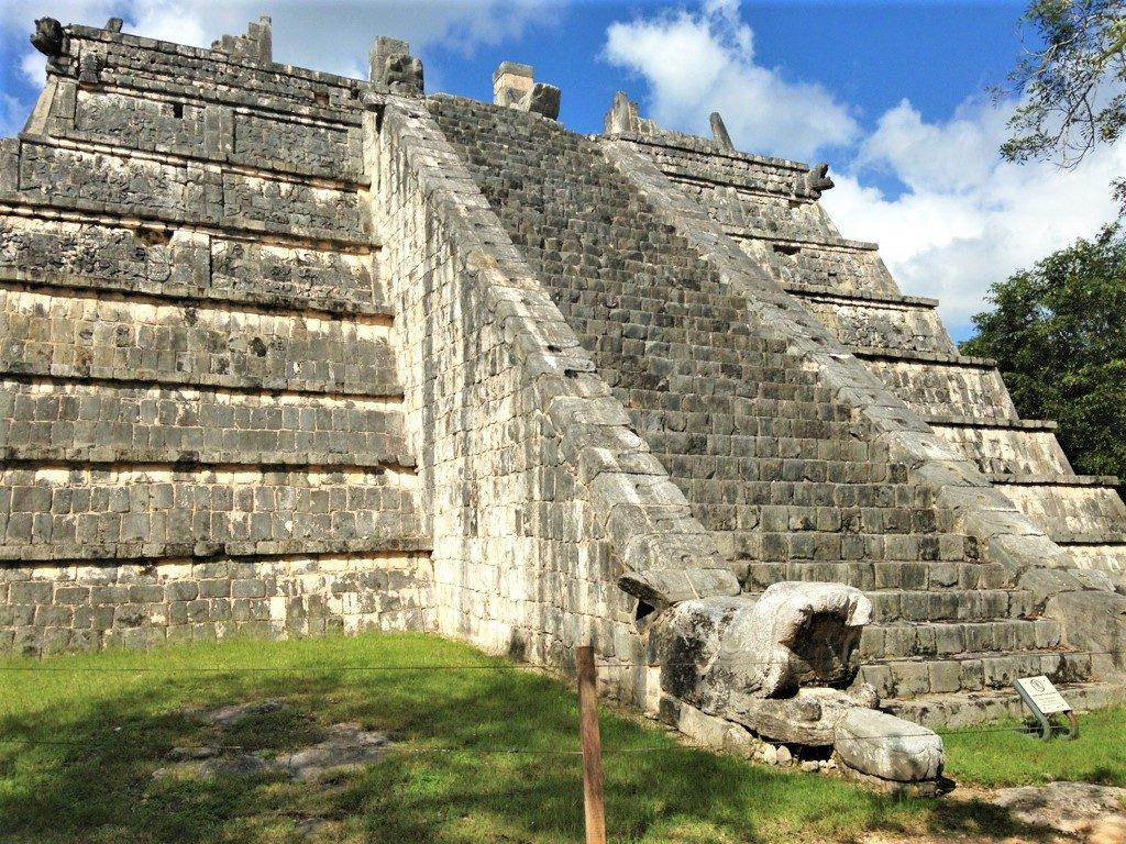 Небольшая пирамида для жертвоприношений в Чичен-Ице