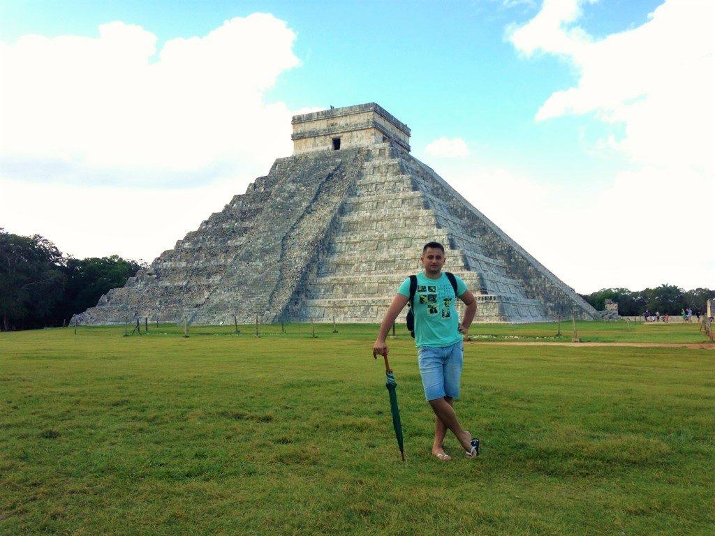 Арсен на фоне пирамиды Кукулькан в Чичен-Ице