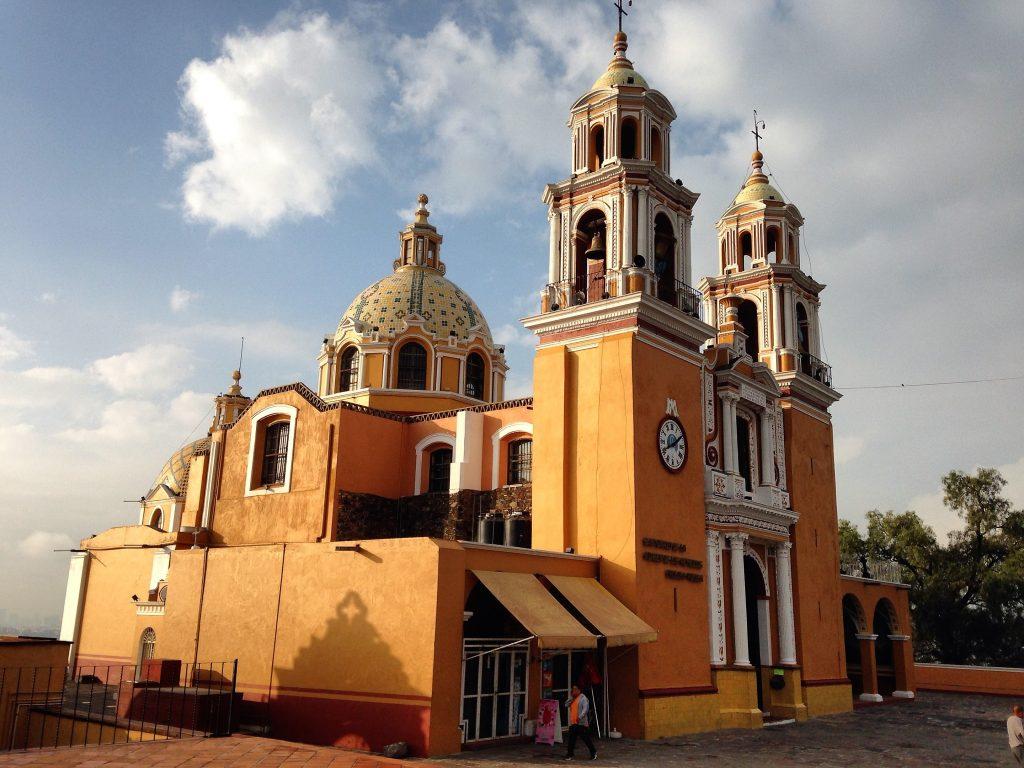 Католический храм на вершине пирамиды Чолула