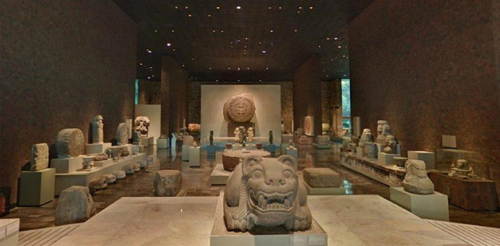 Музейные экспонаты в зале Теночтитлан