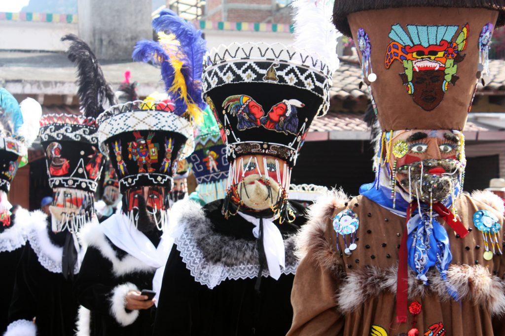 Особенностью карнавальных костюмов стали маски, изображающие богатых испанских землевладельцев, правителей и священников.