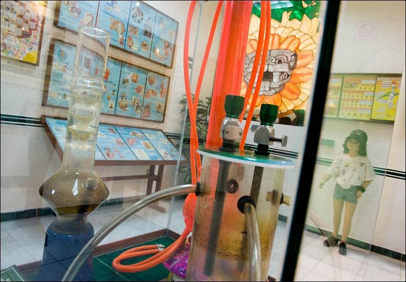 Приборы для перегонки наркотиков в музее наркотиков в Мексике