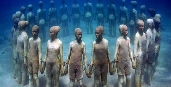 Подводный музей, Мексика. Фигура держащихся за руки людей.