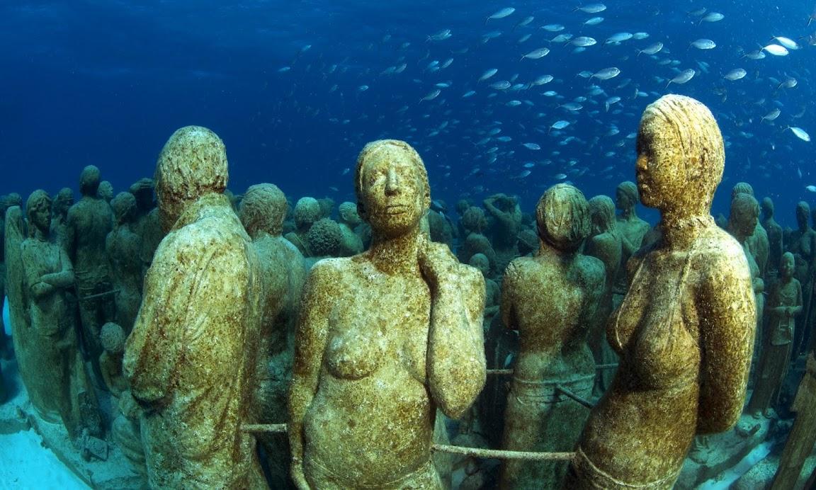 Подводный музей, Мексика. Фигуры людей под водой
