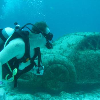 Машина в музее подводных скульптур в Мексике