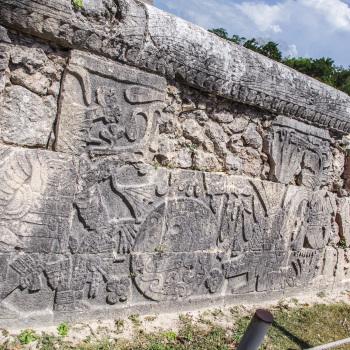 Барельефные рисунки на стене храма в Чичен Ице