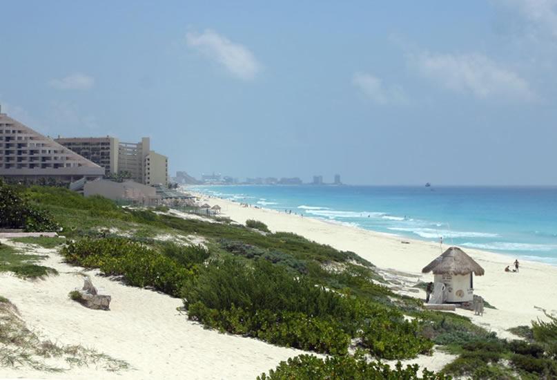 Волны на большой стороне семерки в Канкуне Мексика. Февраль