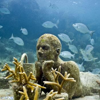 Статуя под водой