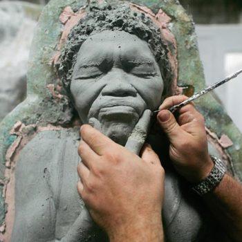 Филигранная работа над лицом скульптуры. Мексика. Для дайвинга