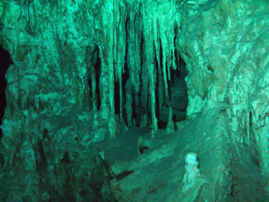Сталактиты в пещерах под водой