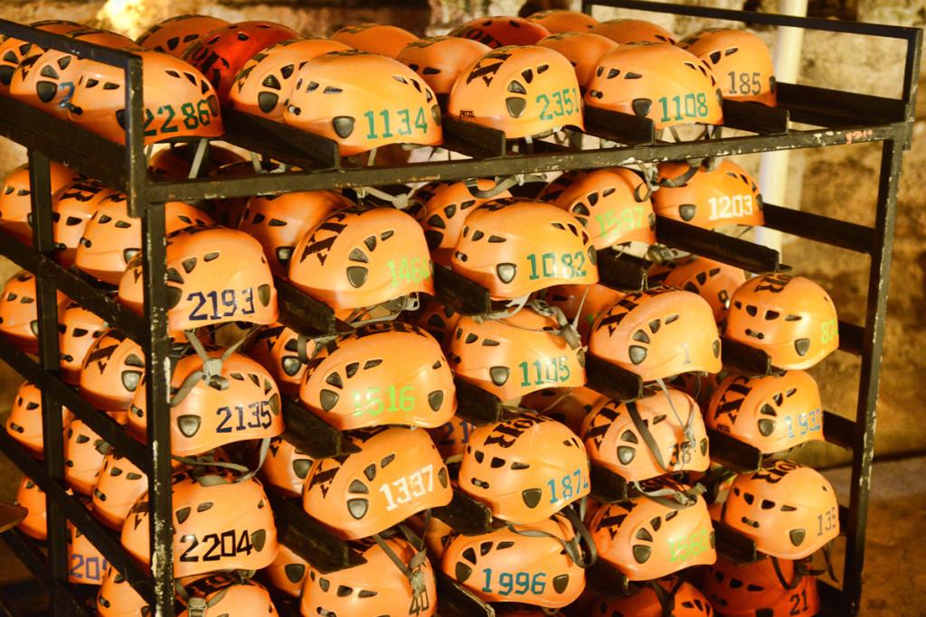 Каски с номерами для определения фотографий в парке Эксплор