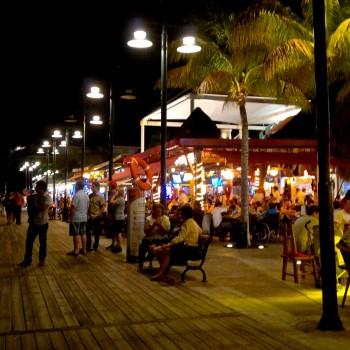 Набережная вечером в Плаза Ла Исла в Канкуне. +Ресторанчики на променаде