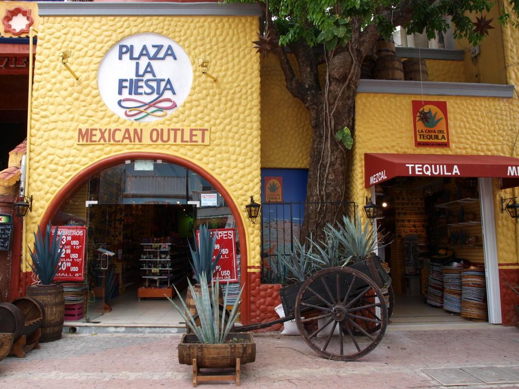 Плаза Ла Фиеста. Сувениры и трапки из Какуна. Мексиканский шопинг