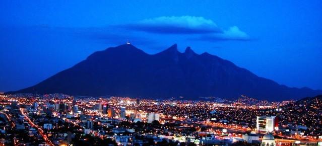 Вид на ночной Монтеррей. Мексика