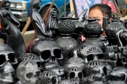 Глинянные черепа из черной глины Барро Негро в Оахаке. Мексика
