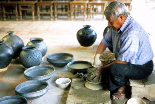 Гончар работает с черной глиной. Оахака. Мексика
