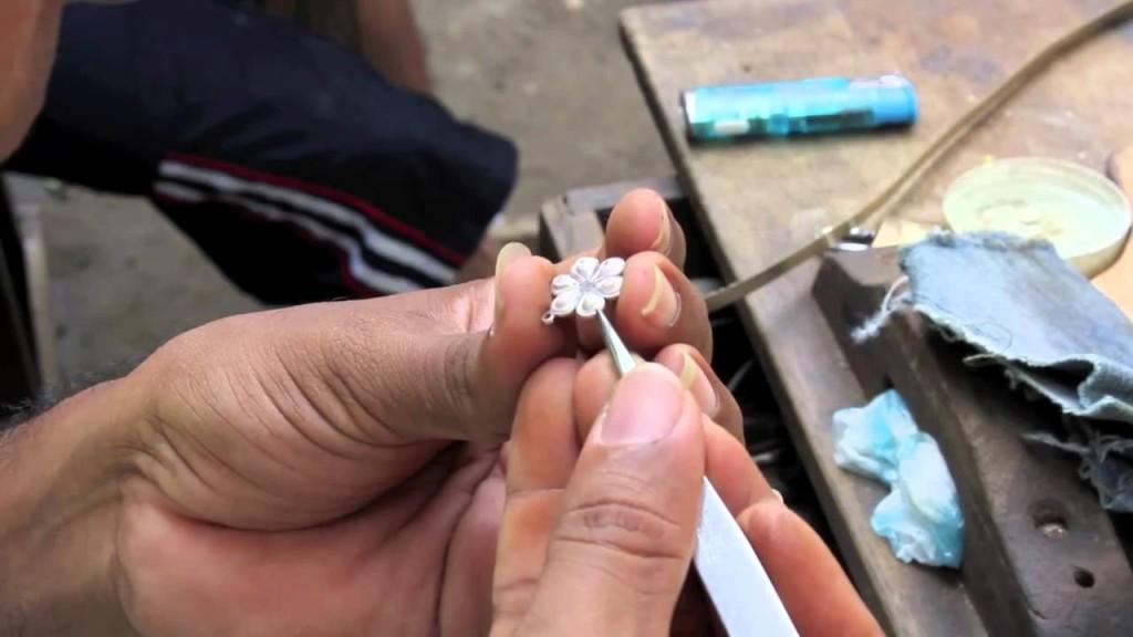 Завершение ювелирной работы над серебряным изделием