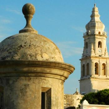 Замечательный вид на кафедральный собор Кампече