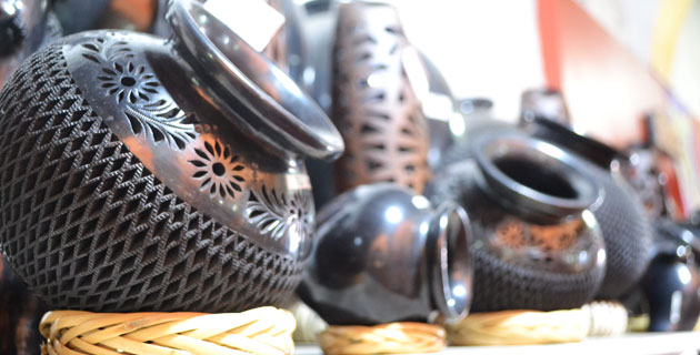 Искуссно сделанные вазы из черной глины. Сделано в Мексике