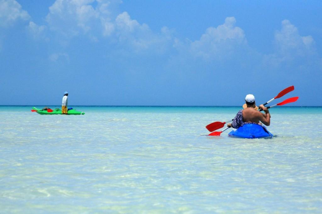 Каякеры в море у острова Исла Хольбош