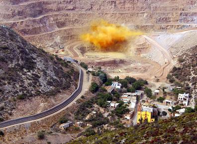 Подрыв руды в карьере Сан Хавьер