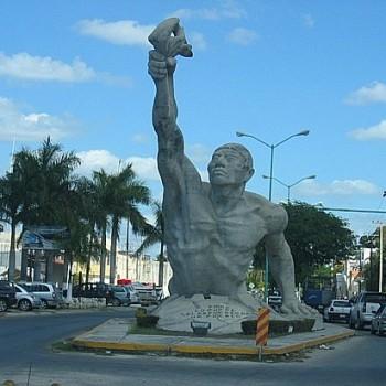 Статуя на въезде в Кампече