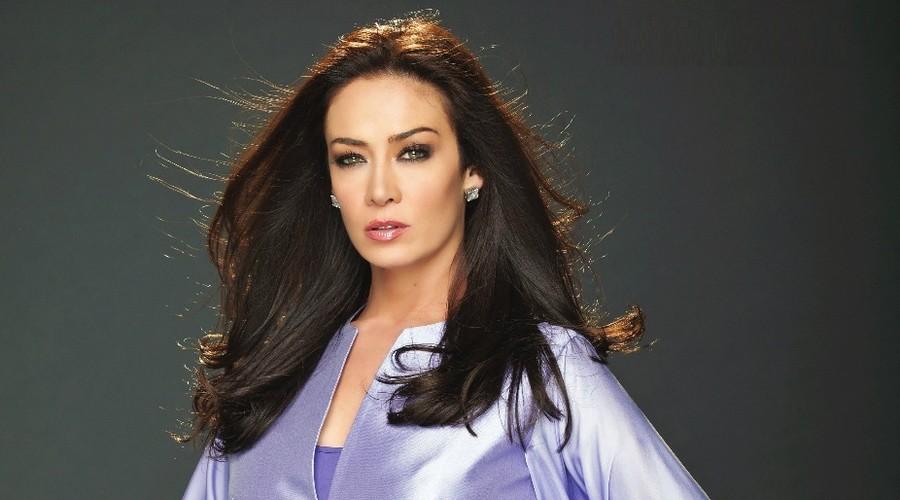 Анетт Мишель родилась 30 июня 1970 года в Гвадалахаре. В 14 лет она начала заниматься модельным бизнесом