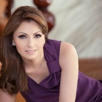 Анхелика Ривера Уртадо родилась в Мехико 2 августа в 1969 года. Анхелика начала свою модельную карьеру в 17 лет