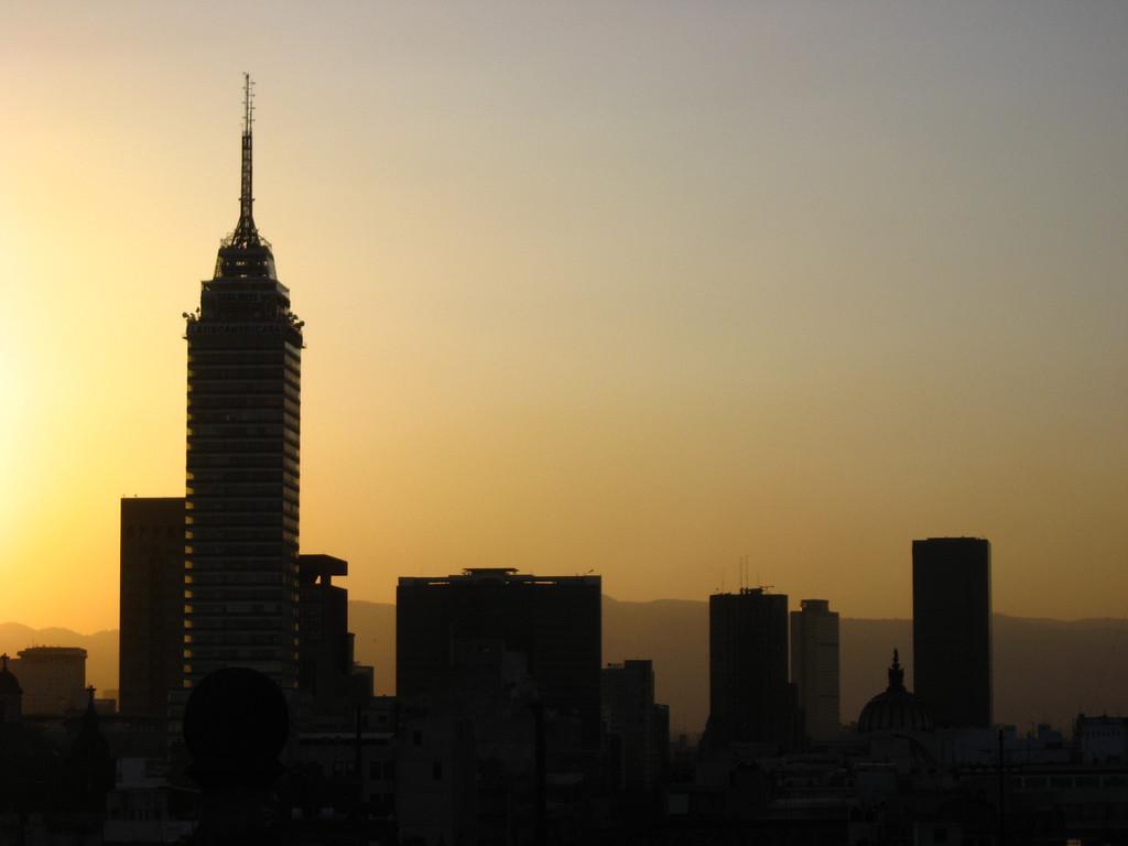 Башня Торре-латино на закате дня. Достопримечательности города Мехико