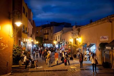 Вечерняя улица 5-го мая в Сантьяго де Керетаро