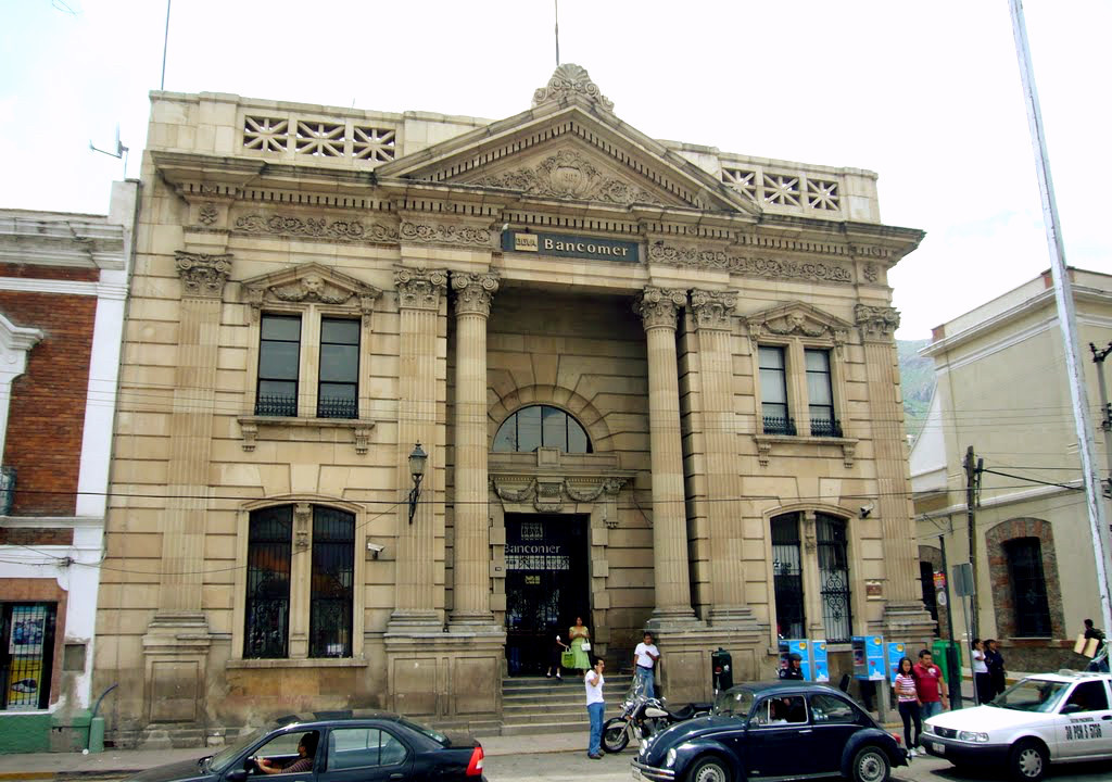 Здание банка Банкомер в Пачука де Сото. Голова льва на фронтоне