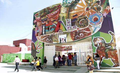 Красочная надпись Идальго на стене. Сочная Мексика