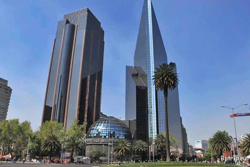 Пасео де ла Реформа в Мехико сити во время обзорной экскурсии по городу