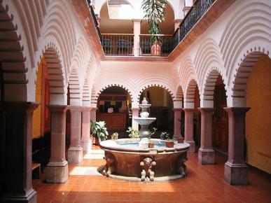 Патио в колониальном стиле в одном из домов в Керетаро