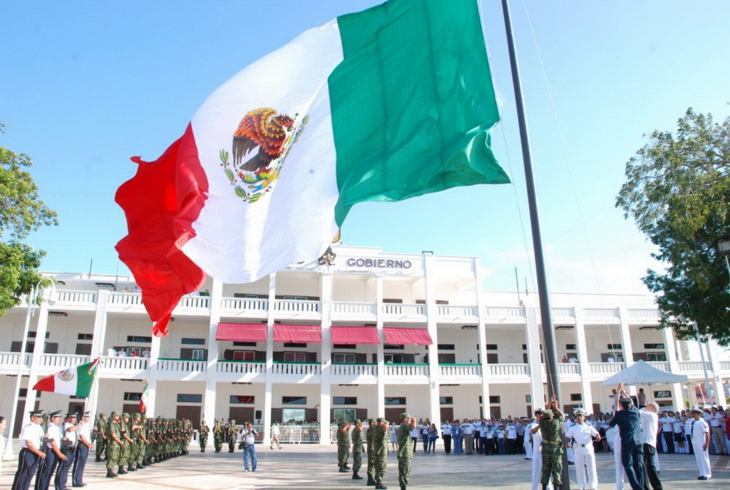Празднование дня флага на губернаторской площади в одном из штатов Мексики