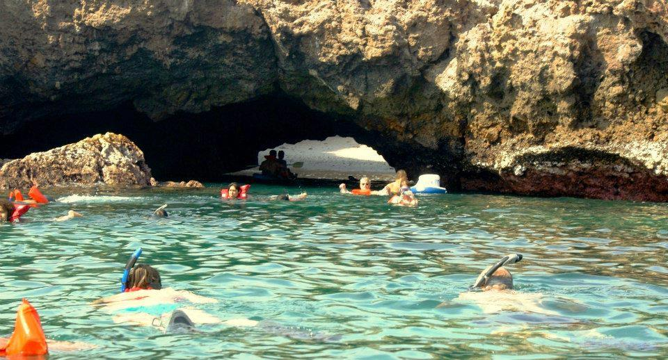 Туристы плавают в зоне скрытого пляжа в Мексике
