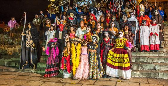 Участники парада в день мертвых