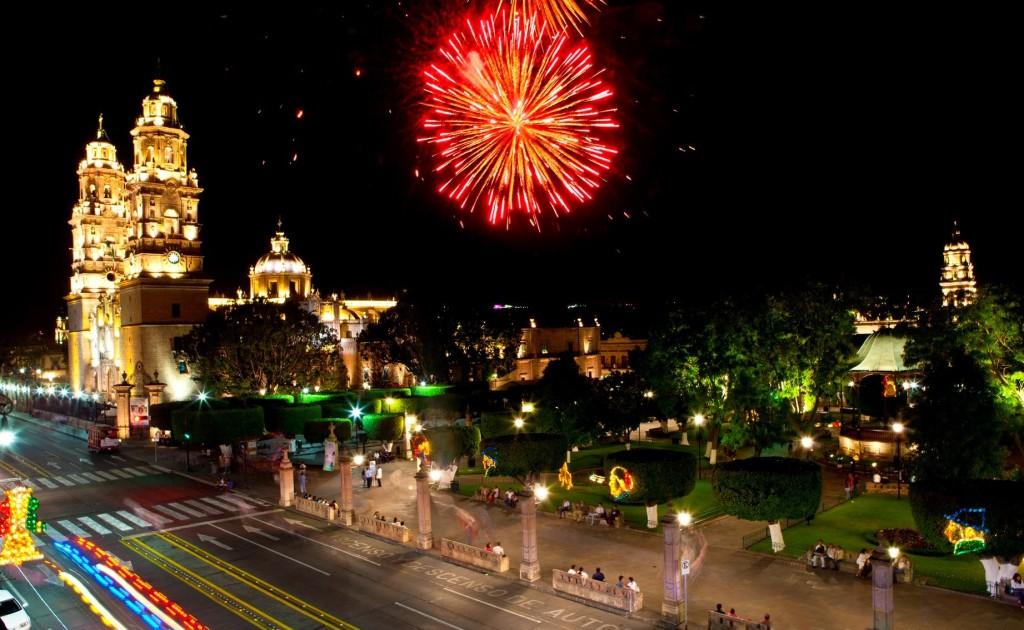 Праздничный новогодний фейерверк в Морелии. Мексика