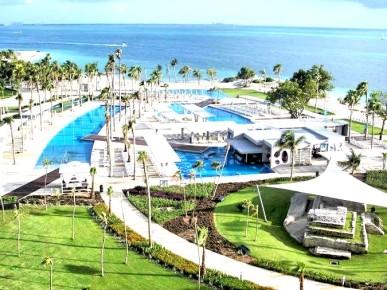 Освежайтесь в одном из наших больших бассейнов в отеле Риу Палас Пенинсула в Канкуне