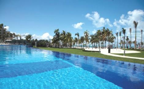 Кристально чистый бассейн в отеле Риу Палас Пенинсула не может не понравиться даже искушенным клиентам