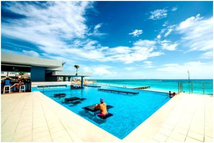 Пул бар предлагает охладиться в бассейне отеля Риу Канкун 5 звезд