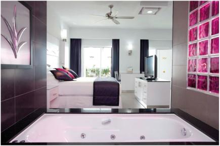 Номера отеля Риу Палас Пенинсула роскошны. Здесь представлен номер Джуниор свит с ванной комнатой
