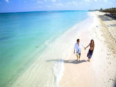 Пара прогуливается по пляжу на мексиканской ривьере