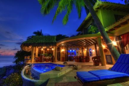 Отель в Наярит вечером. Мексика