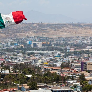 Панорамный вид на Тихуану. Мексиканский флаг