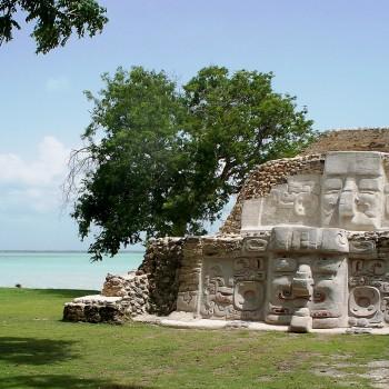Барельефы Майя на развалинах древнего города