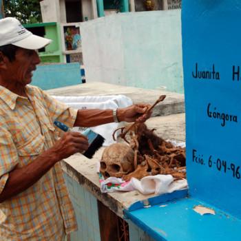 Кладбищенский сторож за небольшую оплату чистит кости умерших предков. Мексика