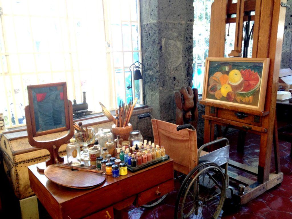 Сохранившаяся атмосфера рабочей обстановски Фриды Кало, кисти и мольберт